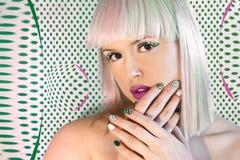 Mehrfarbige moderne Haarfärbung auf blondem Haar Stockfotos