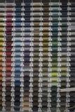 Mehrfarbige Nähgarne stockbilder