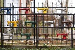 Mehrfarbige Nähmaschinen auf der Straße lizenzfreie stockfotos