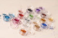 Mehrfarbige Paillette für das Design von Nägeln in einem Kasten funkeln stockfotos