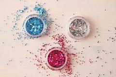 Mehrfarbige Paillette für das Design von Nägeln in einem Kasten funkeln lizenzfreies stockfoto