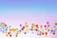 Mehrfarbige Paillette, Plastik und Folie auf dem empfindlichen hellen Hintergrund Festlicher Feiertagszusammenfassungshintergrund stockbild