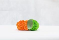 Mehrfarbige Papierformen für Muffins Stockbilder