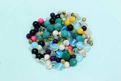 Mehrfarbige Perlen auf einem weißen Hintergrund Stockfotografie
