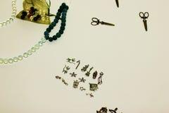 Mehrfarbige Perlen auf einem weißen Hintergrund Stockbild