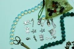 Mehrfarbige Perlen auf einem weißen Hintergrund Stockfotos
