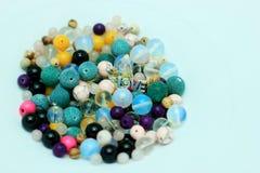 Mehrfarbige Perlen auf einem weißen Hintergrund Stockbilder