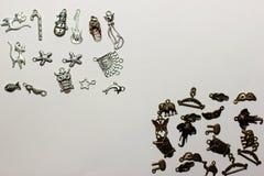 Mehrfarbige Perlen auf einem weißen Hintergrund Lizenzfreie Stockbilder