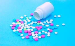 Mehrfarbige Pillen auf blauem Hintergrund mit Kopienraum lizenzfreies stockfoto