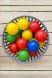 Mehrfarbige Plastikbälle in einem grauen Korb Stockfotografie