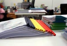 Mehrfarbige Plastikkantenordner mit Dokumenten Lizenzfreie Stockfotografie