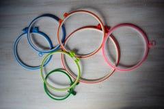 Mehrfarbige Plastikstickereib?nder f?r kreative Kunst auf einem hellen Hintergrund stockfoto