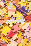 Mehrfarbige Puzzlespiele auf dem Tisch zerstreut lizenzfreie stockbilder