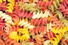 Mehrfarbige rohe gewundene Teigwaren Stockbilder