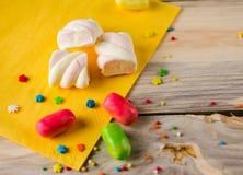Mehrfarbige Süßigkeit auf einer Holzoberfläche Stockfotos