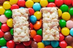Mehrfarbige Süßigkeiten und zwei Kuchen Stockfotos