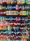 Mehrfarbige Satinbänder hängen am Geschäftsfenster lizenzfreie stockbilder