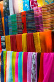 Mehrfarbige Schals Stockbild