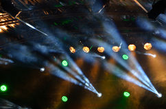 Mehrfarbige Scheinwerfer auf einem Stadium Stockbilder