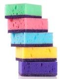 Mehrfarbige Schwämme für Abwasch lokalisiert auf einem weißen Hintergrund Lizenzfreie Stockbilder