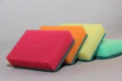 Mehrfarbige Schwämme für waschende Teller Lizenzfreie Stockfotografie
