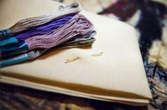 Mehrfarbige spezielle Threads für Hauptnäharbeit stockfoto