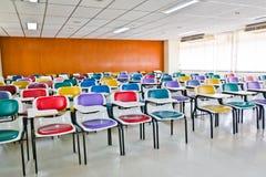 Mehrfarbige Stühle lizenzfreie stockfotografie