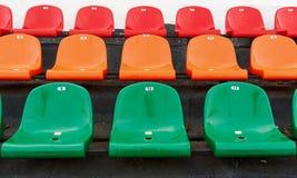 Mehrfarbige Stadionsitze mit Nummerierung Stockfoto