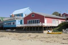 Mehrfarbige Strandhäuser Stockfoto