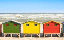 Mehrfarbige Strandhütten an St- James und Muizenberg-Küste nahe Cape Town lizenzfreie stockbilder
