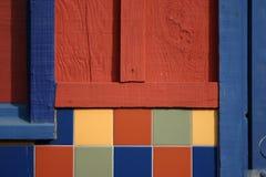 Mehrfarbige Tür-, Fliese-und Fenster-Wand Stockbild