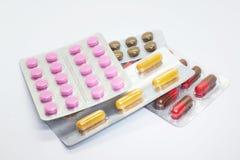 Mehrfarbige Tabletten, lokalisiert lizenzfreies stockbild