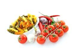 Mehrfarbige Teigwaren, Pfeffer, Tomate und Knoblauch Stockbild
