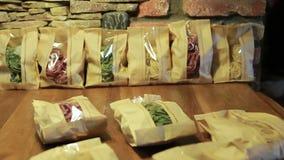 Mehrfarbige Teigwaren ungekocht in einem Papierpaket stock footage