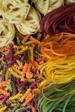 Mehrfarbige Teigwarennahaufnahme Teigwaren von verschiedenen Formen lizenzfreie stockbilder