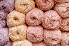 Mehrfarbige Textilfaden in den handgemachten Spulen werden für Verkauf im Speicher angezeigt lizenzfreie stockbilder