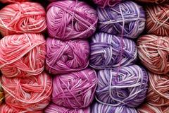 Mehrfarbige Textilfaden in den handgemachten Spulen werden f?r Verkauf im Speicher angezeigt lizenzfreie stockfotografie