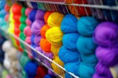 Mehrfarbige Textilfaden in den handgemachten Spulen werden f?r Verkauf im Speicher angezeigt lizenzfreie stockfotos