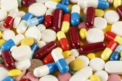 Mehrfarbige Vitamine werden zerstreut lizenzfreie stockbilder