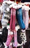 Mehrfarbige warme Socken des Winters herausgestellt für Verkauf stockbilder