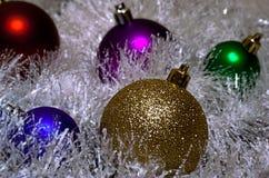 Mehrfarbige Weihnachtsbälle im Lametta stockfoto