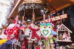 Mehrfarbige Weihnachtsdekorationen im Budapest-Weihnachtsmarkt lizenzfreies stockfoto