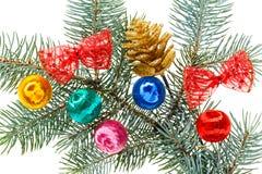 Mehrfarbige Weihnachtskugeln, -bögen und -kegel stockfoto