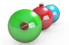 Mehrfarbige Weihnachtskugeln, die am Weiß hängen Getrennt auf weißem Hintergrund 3D r Stockfotografie