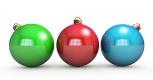 Mehrfarbige Weihnachtskugeln, die am Weiß hängen Getrennt auf weißem Hintergrund 3D r Stockbilder