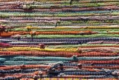 Mehrfarbige Wolldecke, gestreifter Hintergrund stockbild