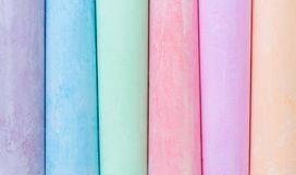 Mehrfarbige Zeichenstifte, Pastell Streifen, Linien, leicht Grün, gelb, rosa, purpurrot, blau Gemalte Pastellweißtafel stockfotos