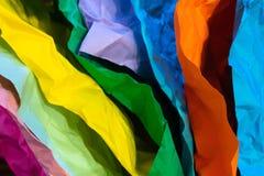 Mehrfarbige zerknitterte Blätter Papier stockfotos