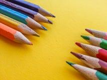 Mehrfarbiger Bleistifthintergrund O der gelbe Hintergrund Stockfoto