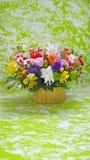 Mehrfarbiger Blumenblumenstrauß auf Grün, marmorn stilisierten Hintergrund Stockbilder